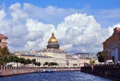 圣徒以撒的大教堂圆顶在圣彼德堡在夏天。 Rus 库存照片