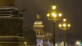 圣徒以撒` s大教堂和眨眼睛灯在圣彼得堡 股票录像