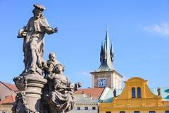 圣徒伊沃在布拉格-叫化子和可怜的人的赞助人雕塑在城市 免版税图库摄影
