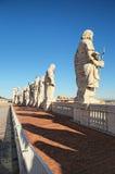 圣徒传道者的十一个雕象后面看法在圣皮特圣徒・彼得大教堂屋顶上面的  背景大教堂bernini城市喷泉彼得・罗马s方形st梵蒂冈 免版税库存图片
