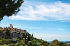 圣徒保罗deVence村庄的全景在小山顶部的 库存照片
