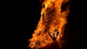 圣徒吉恩节日在法国村庄 马火焰状雕塑  股票录像