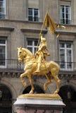 圣徒圣贞德金黄雕象在巴黎 图库摄影