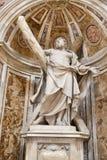 圣徒在梵蒂冈大教堂的安德鲁雕象  免版税库存图片