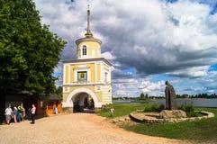 圣徒在门塔Svetlitskaya前面的Nilus纪念碑 大门到Nilov修道院,并且,特维尔地区,俄罗斯里 免版税图库摄影