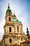 圣徒尼古拉斯或kostel svateho Mikulase,从mostecka街道的看法教会有人的在布拉格,捷克 免版税库存图片