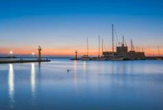 圣徒帕帕佐普洛斯堡垒和鹿的雕象在罗得岛海岛的在希腊 图库摄影