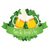 圣徒帕特克的日标签用啤酒和丝带 库存图片