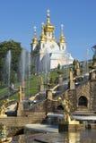 圣徒彼得和保罗宫殿教会从盛大小瀑布的边的 peterhof 免版税库存照片