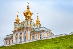 圣徒彼得和保罗教会小山的在Peterhof 库存照片