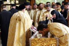 圣徒德米特里遗物的正统基督徒教士 免版税图库摄影