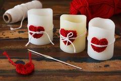 圣徒情人节装饰:手工制造钩针编织红色心脏为 免版税图库摄影