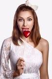 圣徒情人节-有红色符号重点的愉快的滑稽的妇女 库存图片