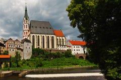 圣徒捷克克鲁姆洛夫景色Vitus大教堂从伏尔塔瓦河河岸的 免版税库存照片