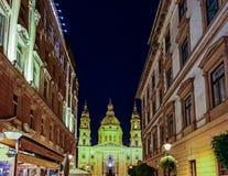 圣徒斯蒂芬大教堂在布达佩斯在夜之前 免版税图库摄影
