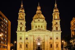 圣徒斯蒂芬大教堂在布达佩斯在夜之前 免版税库存图片