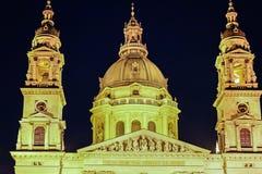 圣徒斯蒂芬大教堂在布达佩斯在夜之前 图库摄影