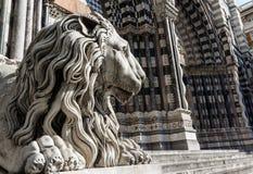 圣徒洛伦佐教会狮子雕象  免版税库存照片