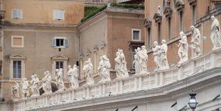 圣徒画廊,圣彼得大教堂,罗马柱廊的片段  免版税图库摄影