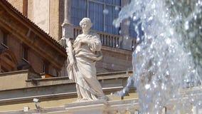 圣徒的雕象在喷泉前面的在正方形和圣皮特圣徒・彼得大教堂在罗马 股票视频
