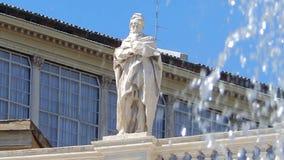 圣徒的雕象在喷泉前面的在正方形和圣皮特圣徒・彼得大教堂在罗马 影视素材
