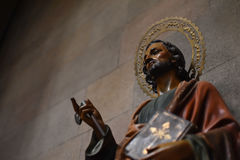 圣徒的雕象,拿着圣经 免版税库存图片