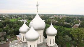 圣徒索菲娅耶稣的复活正统大教堂和教会在一个晴朗的夏日在沃洛格达州克里姆林宫 股票录像