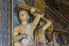 圣徒美丽的古老雕象整洁在圣洁佛教寺庙的墙壁上 库存图片