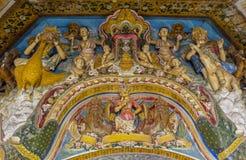 圣徒美好的古老雕塑整洁在圣洁佛教寺庙的墙壁上 免版税图库摄影