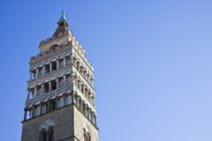 圣徒芝诺大教堂教会钟楼的细节在皮斯托亚市-托斯卡纳-意大利-与拷贝空间的图象 免版税图库摄影