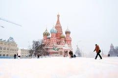 圣徒蓬蒿大教堂和红场在雪下的莫斯科 免版税库存图片