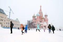 圣徒蓬蒿大教堂和红场在雪下的莫斯科 库存照片
