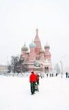 圣徒蓬蒿教会和红场在暴风雪的莫斯科 免版税库存照片