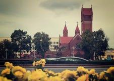 圣徒西蒙和海伦娜教会在米斯克在一个晴天 免版税库存照片