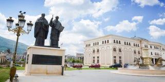 圣徒西里尔和圣徒Methodius雕象在斯科普里,马其顿斯科普里街市  库存照片