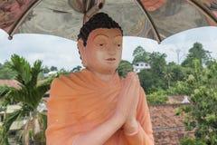 圣徒雕象在佛教寺庙的伞下 免版税库存图片