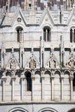 圣徒,洗礼池装饰台在比萨成拱形,大教堂 库存照片