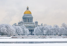 圣徒以撒的大教堂在冬天,圣彼得堡,俄罗斯 免版税库存照片