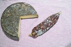 圣徒Nectaire乳酪和saucisson 库存图片