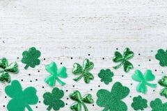 圣徒Patricks与绿色三叶草的天背景在白土气委员会顶视图 库存图片