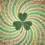 圣徒Patricks天与三叶草叶子的贺卡在抽象几何扇动的转动在绿色a葡萄酒树荫下发出光线背景  库存图片