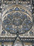 圣徒Vitus、Wenceslaus和Adalbert大教堂的装饰圆花窗在布拉格 免版税库存图片