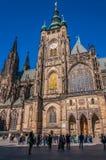 圣徒Vitus大教堂的游人 库存照片