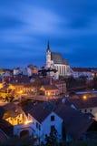 圣徒Vitus教会在捷克克鲁姆洛夫在晚上 免版税库存照片