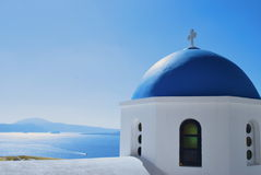 圣托里尼偶象蓝色教会圆顶 免版税库存图片