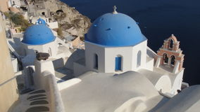 圣托里尼偶象蓝色教会圆顶  免版税库存照片