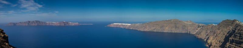 圣托里尼凹下去的火山口的全景  免版税图库摄影