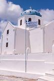 圣托里尼希腊希腊白色东正教、蓝色圆顶和十字架 免版税库存照片
