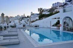 圣托里尼希腊清早游泳池边旅馆 免版税库存照片