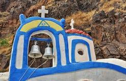 圣托里尼教会圆顶和响铃特写镜头  库存图片